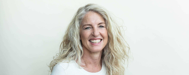 Ein Foto von Mag. Gerda Brandl, klinische Psychologin. Sie leitet eine Praxis fuer Psychotherapie, Supervision und Coaching in Oberretzbach und Wien. Sie zeigt ein lachendes Gesicht, lange, blonde Haare und einen trägt einen weißen Pulli.